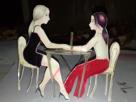 Doua fete stand la masa - o cina romantica