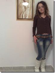 Artista Corina Chirila si un nud pictat cu cafea expus la galeria Elite Prof Art