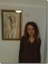 Pictorita Corina Chirila si un nud pictat in cafea