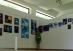 Artista Corina Chirila si tablourile ei expuse in Herastrau la expozitia de grup organizata de AAPB