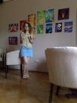Artista Corina Chirila cu picturile ei in culorile curcubeului la Arts Concept Cafe sau Home Cafe Cotroceni