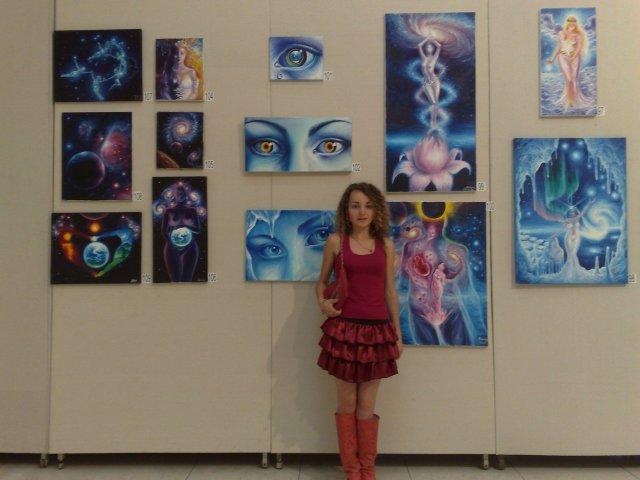 Corina Chirila cu tablourile de vis expuse la parlament sala Constantin Brancusi