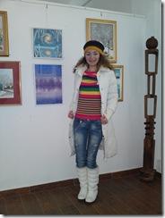 Artista Corina Chirila cu doua tablouri de iarna expuse in He3rastrau