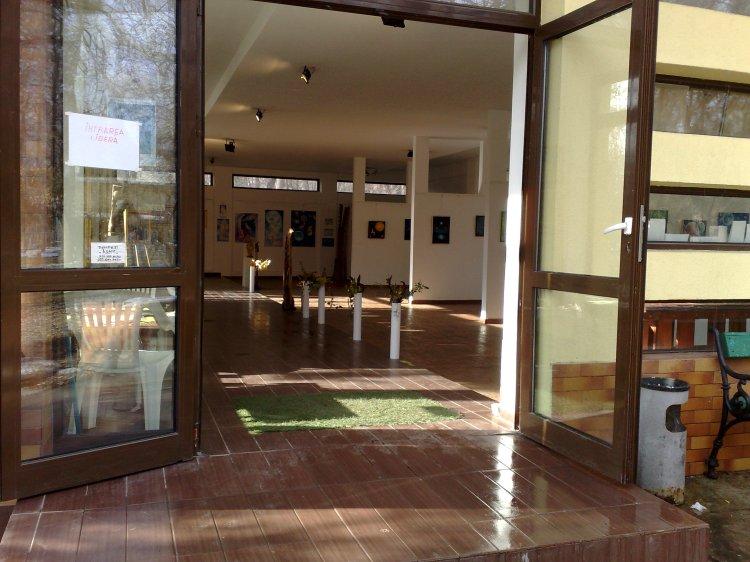 Usile salii de expozitie sunt deschise pentru toti