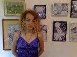 Artista Corina Chirila cu cateva dintre desenele ei facute cu pixul