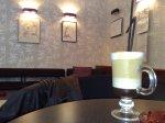 Cafea cu lapte si ciocolata si expozitie de picturi facute cu cafea