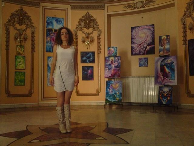 Eu cu picturile, la sala ronda