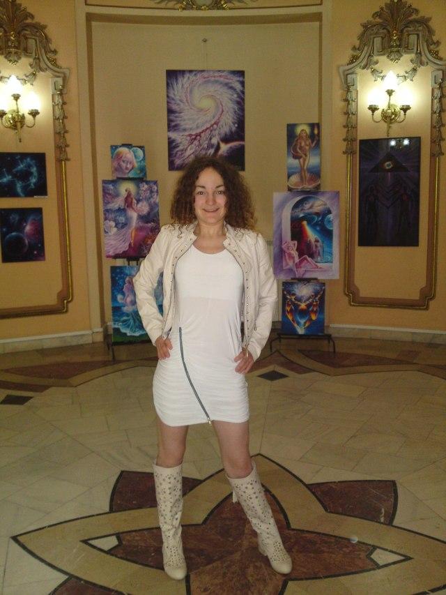 Eu la expozitie, cu picturile mele