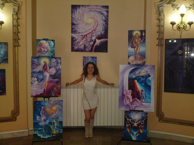 Pictorita Corina Chirila expozitie de pictura la Cercul Militar National, sala ronda