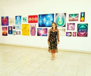 Artista Corina Chirila la expozitia de pictura Origini Tablouri de vis Palatul Parlamentului