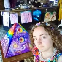 selfie cu piramida pictata la vintage pub