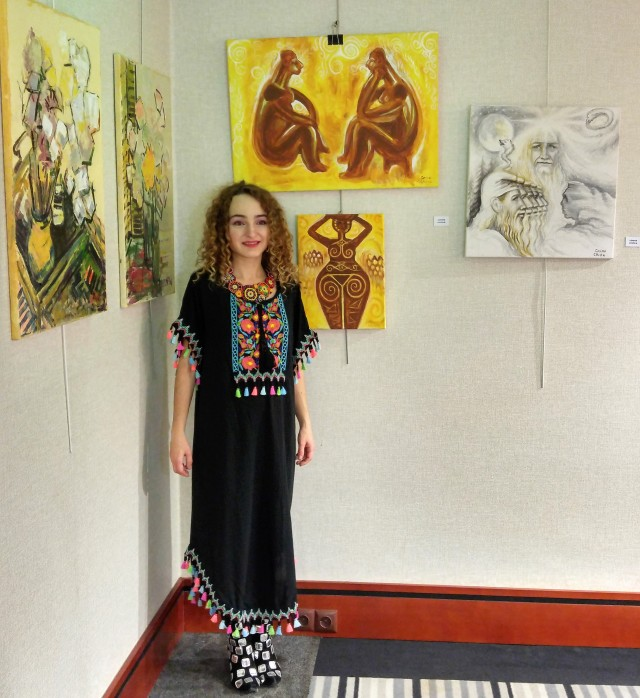 Artista Corina Chirila cu ganditorul zeita din neolitic Zamolxis si dacii la World Trade Center