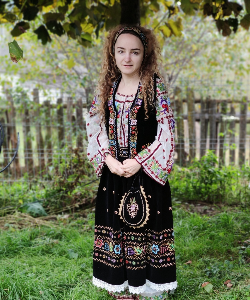 Costum traditional romanesc realizat de Mihaela